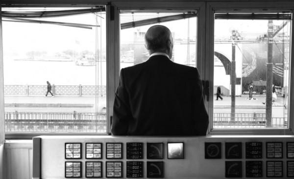 Oemer-schaut-aus-dem-Fenster_SMALL